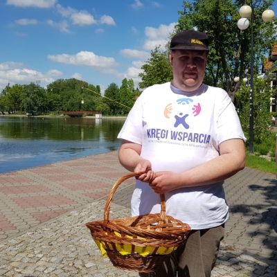 dzień godności w Ostródzie uczestnicy projektu, osoby z NI w koszulkach z logo promują ideę jestem w kręgach, rozdajemy ulotki i babeczki z logo kręgów wsparcia