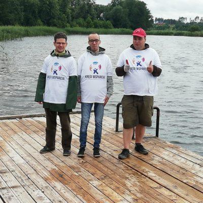 ekipa osób z NI na pomoście jeziora Kraks