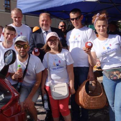 Kręgi wsparcia świętują Dni Jarosławia na zdjęciu osoby z kręgów i osoby z NI