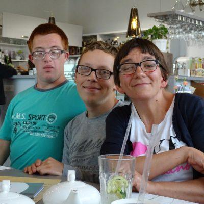 nidzickie kręgi wsparcia organizują wspólne spotkania i wyjścia na kawę, na zdjęciu osoby z NI i uczestnicy kręgów, wszyscy uśmiechnięci