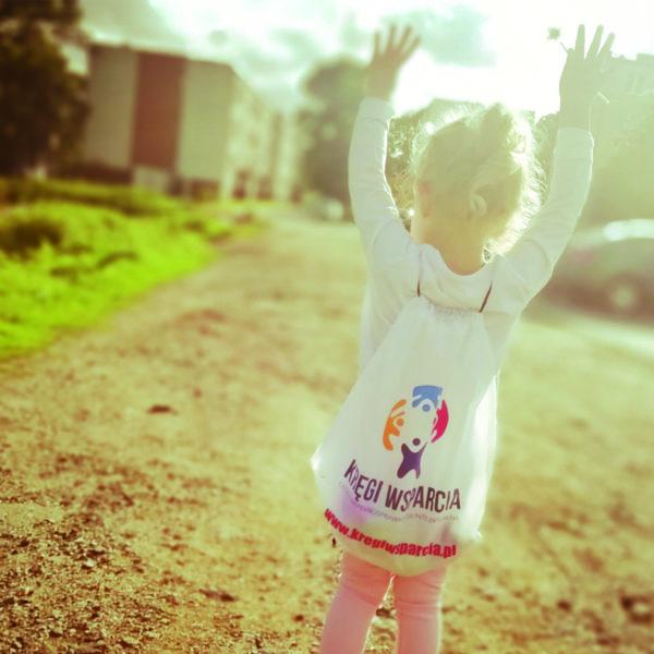 mała dziewczynka z plecakiem kręgi wsparcia