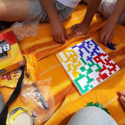 Piknik nad Sanem kręgów wsparcia uczestnicy grają w planszówki